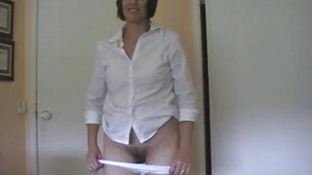 A harisnya titkára arra kényszerítette a éret szex házas főnököt, hogy nyalja a punciját a bugyiján keresztül, majd baszd meg magát.