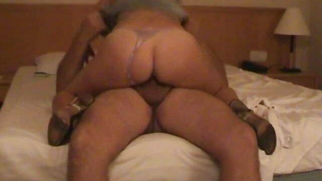 Beteszed cum a szájába, vékony kurva lovaglos szex lapos mellekkel, megdugta a seggét a padlón.